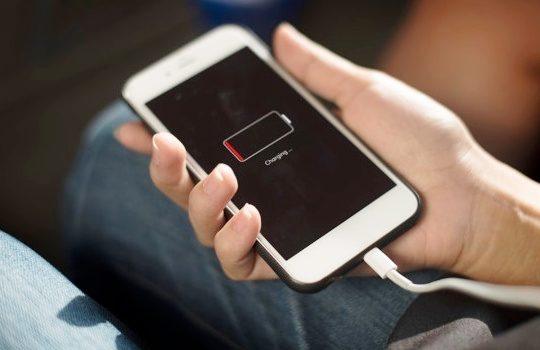 Tips Menghemat Baterai Ponsel Saat Perjalanan Jauh